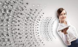Kvinna med tableten Arkivfoto