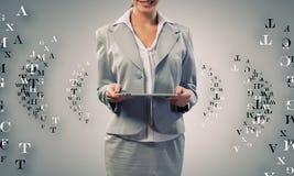 Kvinna med tableten Royaltyfria Bilder