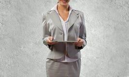 Kvinna med tableten Royaltyfri Bild