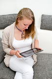 Kvinna med tabletPC Arkivfoto