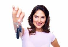 Kvinna med tangenter för en bil. Royaltyfri Bild