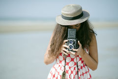 Kvinna med tappningkameran Arkivbilder