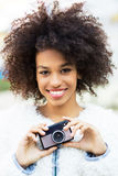 Kvinna med tappningkameran Fotografering för Bildbyråer