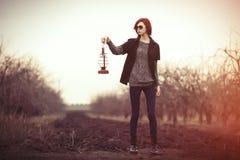 Kvinna med tappninglampan Arkivfoto