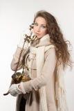 Kvinna med tappningtelefonen royaltyfri bild
