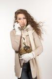 Kvinna med tappningtelefonen royaltyfri foto