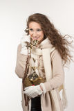 Kvinna med tappningtelefonen royaltyfri fotografi