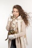 Kvinna med tappningtelefonen royaltyfria bilder