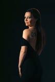 Kvinna med tatueringen Arkivbild
