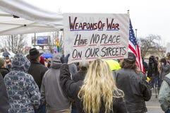 Kvinna med tecknet på protesten Arkivbild