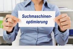 Kvinna med tecknet - sökandemotorOptimization fotografering för bildbyråer