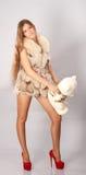 Kvinna med teddybear Royaltyfri Bild