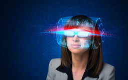 Kvinna med tekniskt avancerade smarta exponeringsglas Royaltyfria Bilder