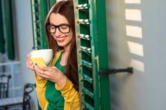 Kvinna med telefonen på balkongen fotografering för bildbyråer