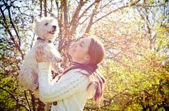 Kvinna med terriern royaltyfria bilder