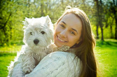 Kvinna med terriern arkivfoton