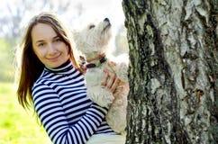 Kvinna med terriern royaltyfri bild