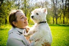 Kvinna med terriern royaltyfri foto