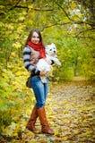 Kvinna med terriern arkivbild