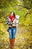 Kvinna med terriern Arkivfoto