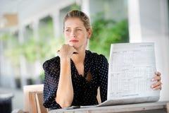 Kvinna med tidningar Fotografering för Bildbyråer