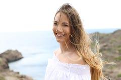 Kvinna med tilltrasslat hår tack vare vinden arkivbild