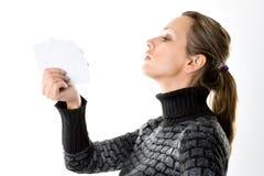 Kvinna med tomma kort på vit Royaltyfri Bild