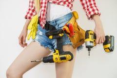 Kvinna med toolbelt och drillborren royaltyfri foto