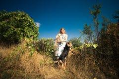 Kvinna med två hundar royaltyfria bilder