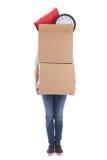 Kvinna med två stora pappflyttningaskar som isoleras på vit Arkivbild