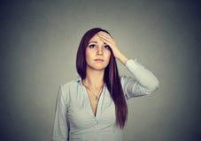 Kvinna med tvivelaktigt bekymrat uttryck fotografering för bildbyråer