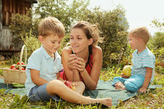 Kvinna med ungar på en picknick Royaltyfri Foto