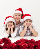 Kvinna med ungar på jultid Royaltyfri Foto
