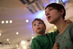 Kvinna med ungen i museum fotografering för bildbyråer