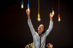 Kvinna med upplysta retro lampor Arkivbilder