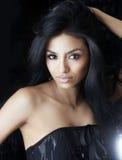 Kvinna med ursnyggt långt hår royaltyfria bilder