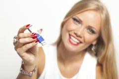 Kvinna med USB minnet Royaltyfri Foto