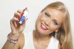 Kvinna med USB minnet i händer Arkivfoto