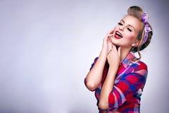 Kvinna med utvikningsbildsmink och att posera för frisyr Arkivfoton