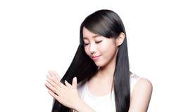 Kvinna med vård- håromsorg Arkivfoton