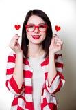 Kvinna med valentinhjärtaformer royaltyfri foto