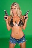 Kvinna med vapnet Arkivbild