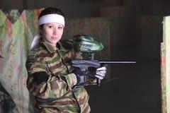 Kvinna med vapnet för paintball Royaltyfri Fotografi