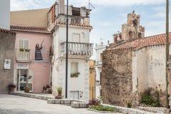 Kvinna med vapnet V?ggm?lningen, murales i den Oliena byn, Nuoro landskap, ? Sardinia, Italien royaltyfria foton
