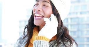 Kvinna med varmt ringa för kläder stock video