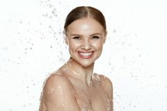 _ Kvinna med vatten på framsida och kropp brunnsorthudomsorg arkivbilder