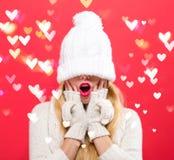 Kvinna med vinterrät maskahatten som dras över hennes ögon arkivfoto