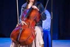 Kvinna med violoncellen royaltyfri bild