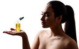 Kvinna med vitiligo som framlägger kosmetisk abc-bokolja för skönhet Royaltyfria Foton