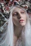 Kvinna med vitt hår och vita rosor royaltyfria foton